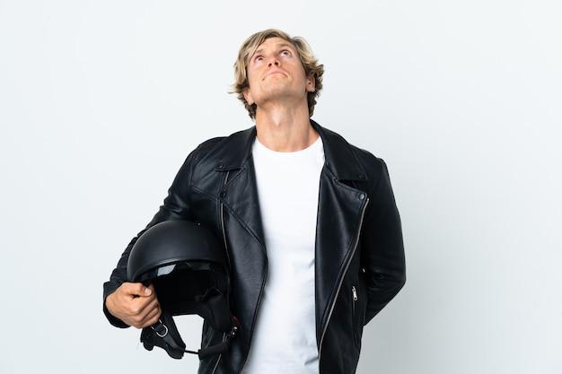 오토바이 헬멧을 들고 찾고 영국 남자