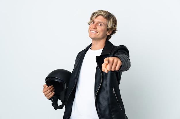 幸せな表情で正面を向いてオートバイのヘルメットを保持しているイギリス人男性