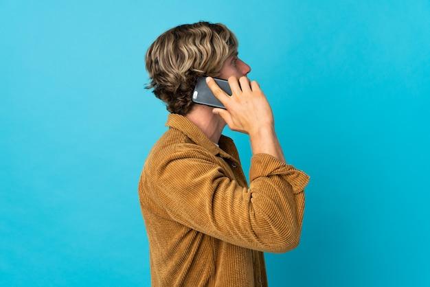누군가와 휴대 전화로 대화를 유지하는 영어 남자