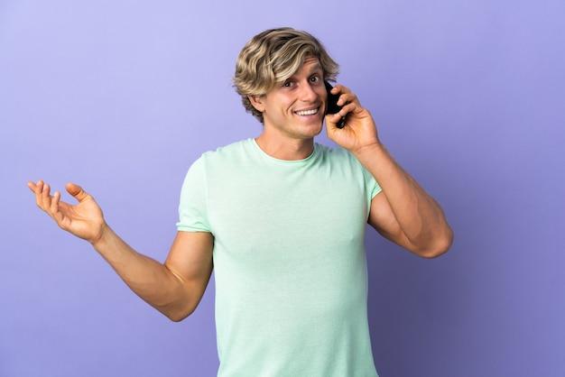 Англичанин изолирован, ведя разговор по мобильному телефону с кем-то