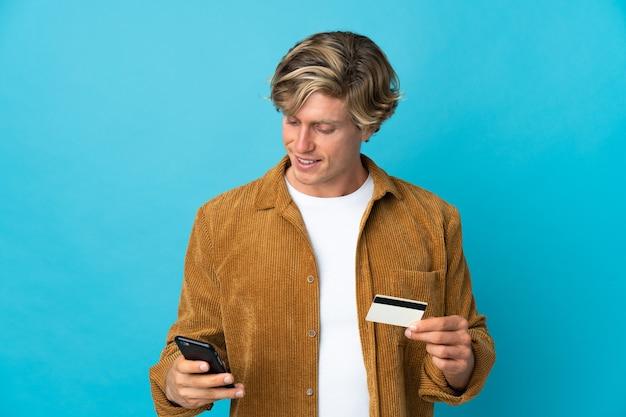 クレジットカードで携帯電話で購入する青い上のイギリス人