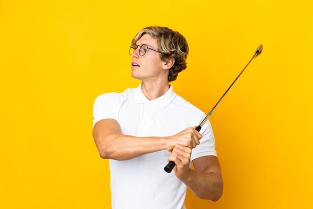 Английский человек на изолированном белом фоне, играя в гольф