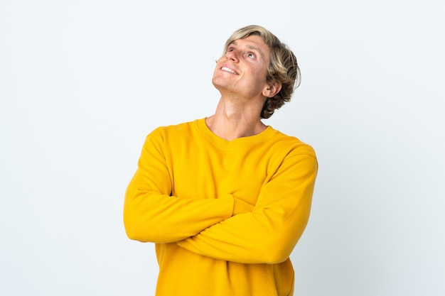 웃 고있는 동안 올려 고립 된 흰색 위에 영어 남자