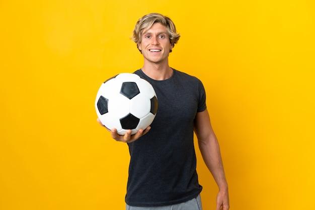 Английский человек над изолированным желтым с футбольным мячом