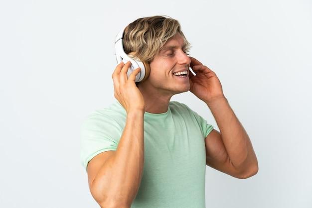 音楽を聴いて歌う白人のイギリス人男性