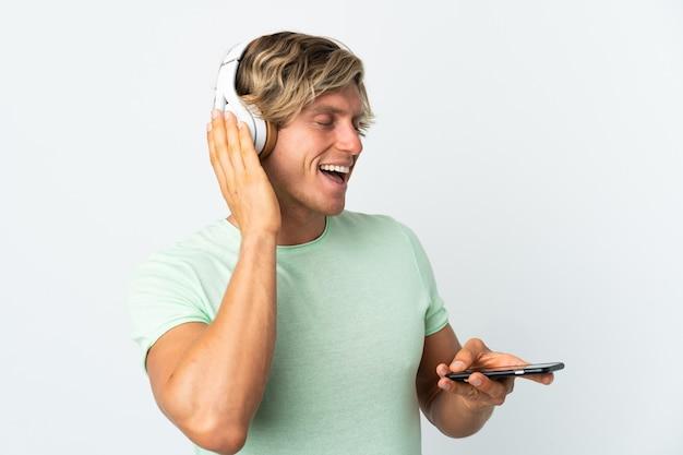 携帯電話で音楽を聴いて歌う白人のイギリス人男性