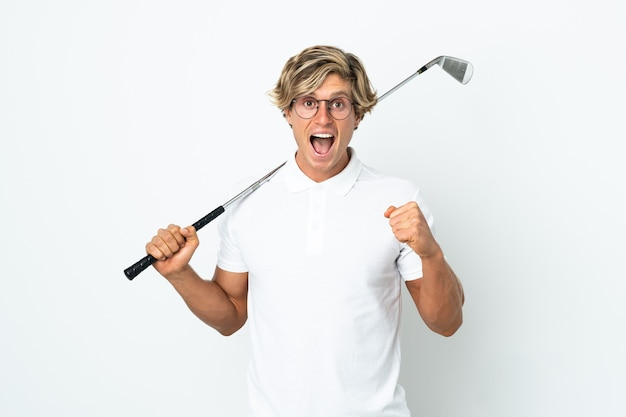 Англичанин играет в гольф празднует победу в позиции победителя