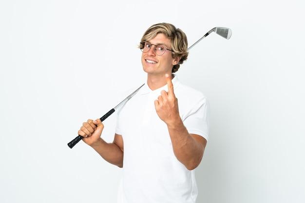 Английский мужчина играет в гольф, делая приближающийся жест