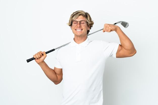 Английский мужчина играет в гольф, делая сильный жест