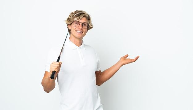 Англичанин играет в гольф, протягивая руки в сторону, приглашая прийти
