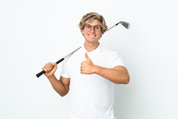 Англичанин играет в гольф, показывая большой палец вверх