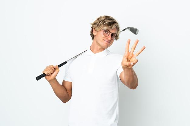 幸せにゴルフをし、指で3を数えるイギリス人男性