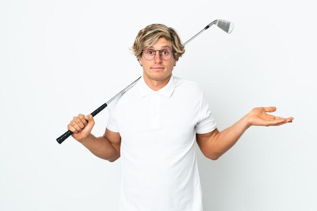 Англичанин играет в гольф, сомневаясь, поднимая руки