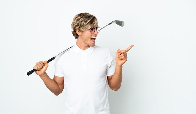 Англичанин, играющий в гольф, намеревается найти решение, подняв палец вверх