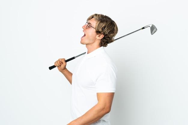 Англичанин играет в гольф, смеясь в боковом положении