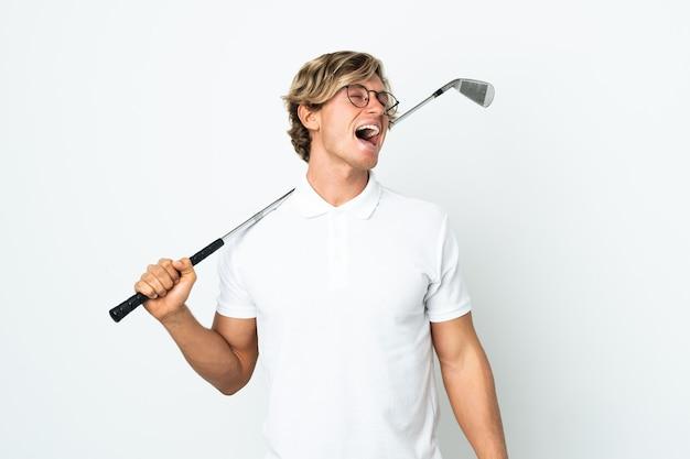 Английский мужчина играет в гольф смеется