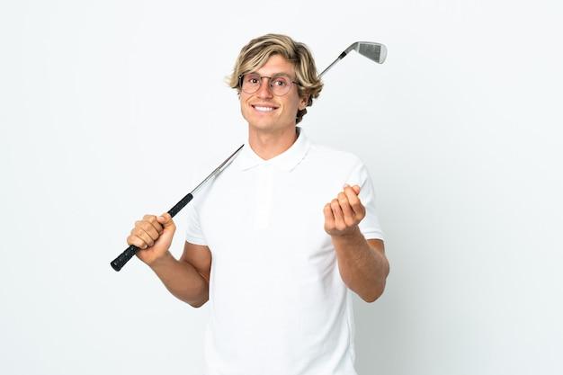 Английский мужчина играет в гольф, делая деньги жест