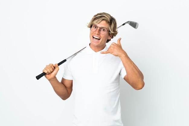 Английский мужчина играет в гольф, делая телефонный жест. перезвони мне знак