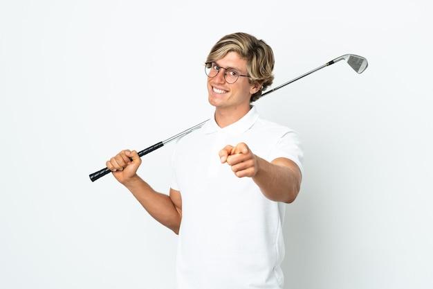 Английский мужчина играет в гольф, указывая вперед с счастливым выражением лица