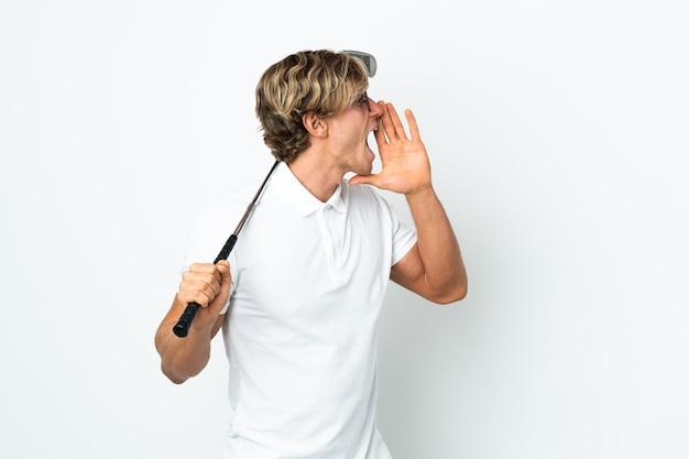 Англичанин, играющий в гольф, кричит с широко открытым ртом в сторону