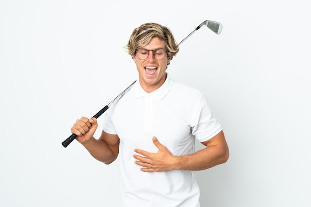 Английский мужчина играет в гольф, много улыбаясь
