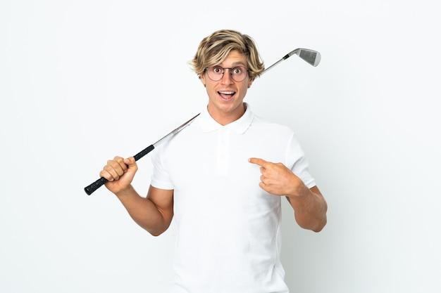 Англичанин играет в гольф с удивленным выражением лица