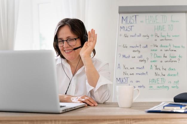 집에서 온라인으로 수업을하는 영어 교사