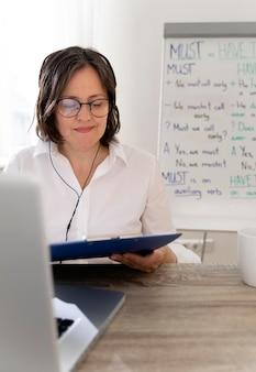 Учитель английского делает уроки онлайн