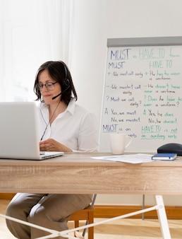 Insegnante di inglese che fa le sue lezioni online