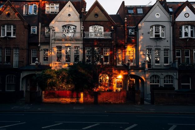 해질녘 런던의 영국식 계단식 주택. 고품질 사진