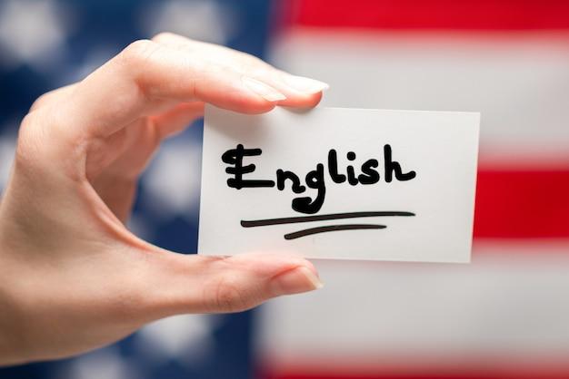 Английский текст на карточке. фон американского флага.