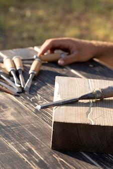 Disposizione dello strumento di incisione su un tavolo