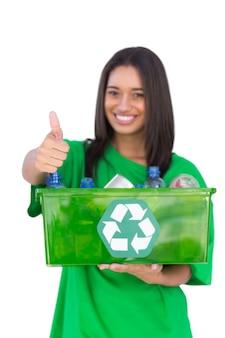 Enivromental活動家がリサイクル可能な箱を持ち、親指をあげている