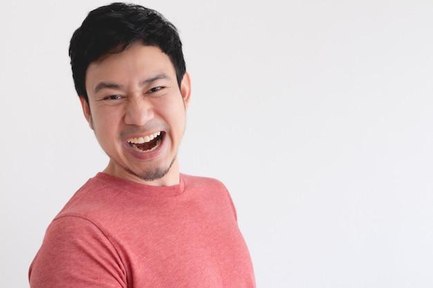 즐기고 고립 된 벽에 빨간 티셔츠에 아시아 남자의 웃는 얼굴.