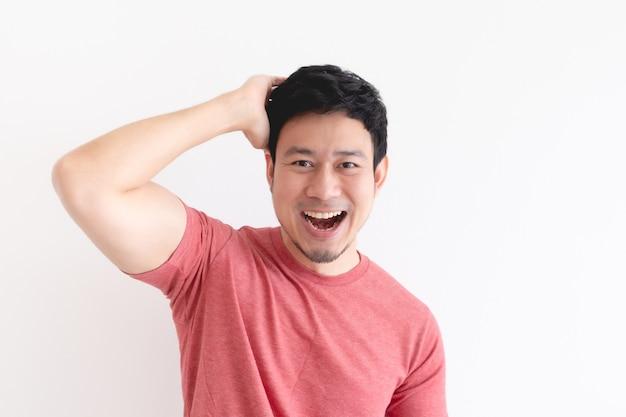 孤立した背景に赤いtシャツで男の顔を楽しんで笑う