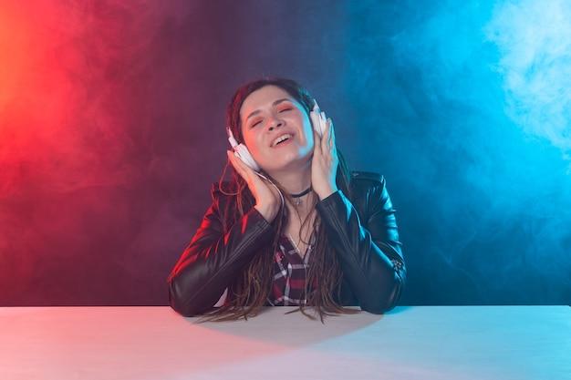 즐기십시오, 멜로 맨과 사람들 개념-음악을 듣고 향취를 가진 젊은 여자, 초상화