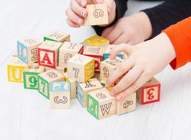 木製の立方体に書かれたものをお楽しみください