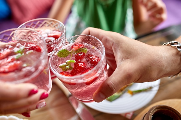 Ужин с семьей или друзьями, тост с клубничным лимонадом, обеденный стол с видом сверху.