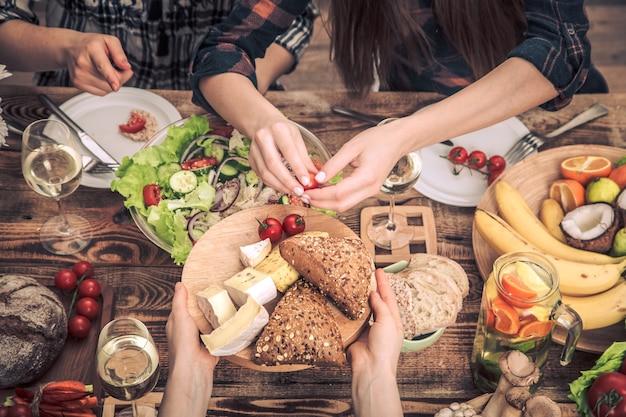 Godersi la cena con gli amici. vista dall'alto di un gruppo di persone a cena insieme