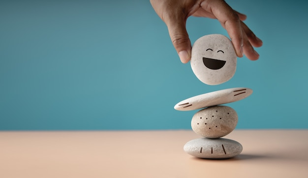 Наслаждаясь концепцией жизни. гармония и позитивный настрой. рука, устанавливающая стопку белого природного камня, чтобы сбалансировать