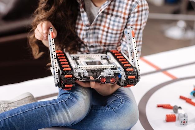 技術クラスを楽しんでいます。ロボット工学研究室に座って、技術クラスを受講しながらサイバーロボットの詳細を保持している才能のある少女を巻き込んだ