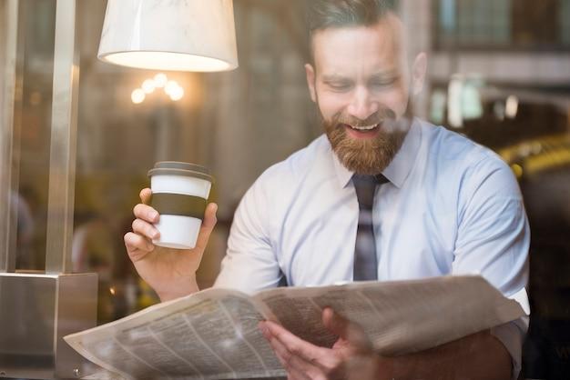 コーヒーといくつかのニュースのための自由な時間を楽しんでいます