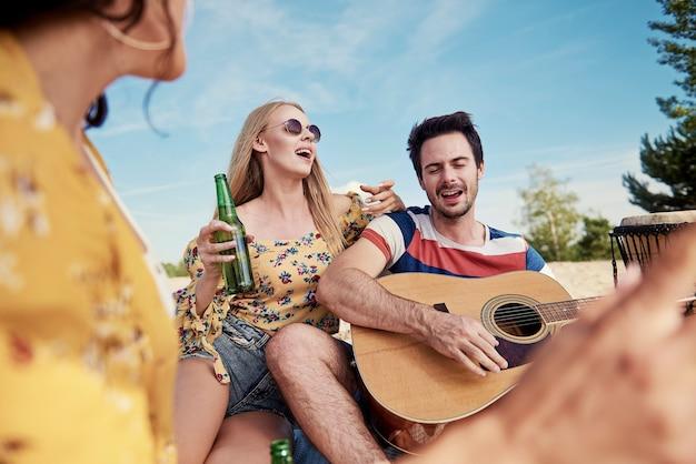 彼氏と一緒に音楽を楽しむ