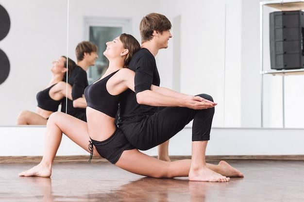 운동을 즐기고 있습니다. 댄스 운동을 즐기면서 연속적으로 앉아 웃고 좋은 찾고 좋은 즐거운 댄서