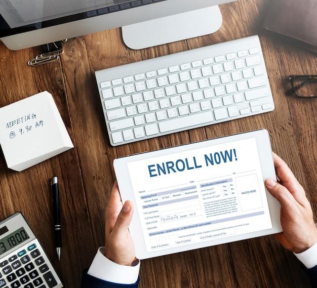 Iscriviti ora registrazione membership concept