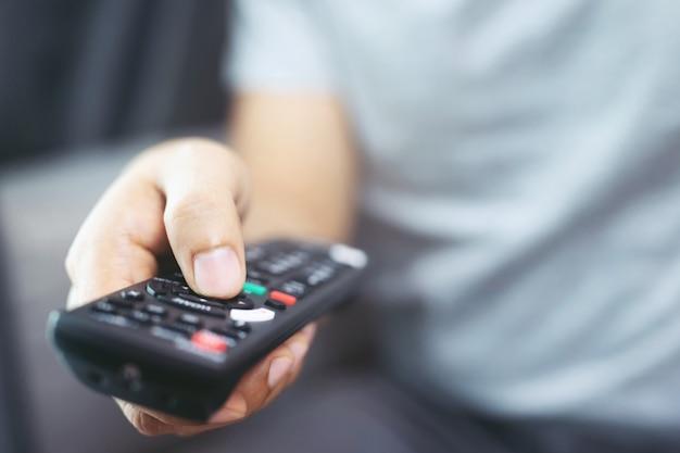 집에서 tv를 시청하는 동안 엔터테인먼트 (집에서 머물기)