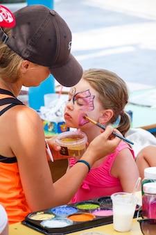 海での休暇中の子供たちのためのアクアグリムのエンターテイメント