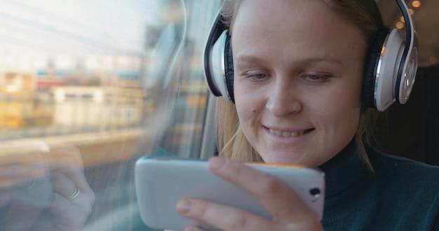 기차에서 음악과 전화로 엔터테인먼트