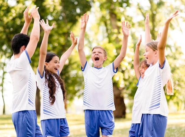 Bambini entusiasti che si preparano a giocare a calcio