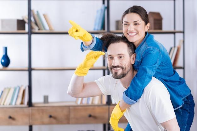手袋をはめて笑いながら遊んでいる熱狂的な陽気な嬉しいカップル